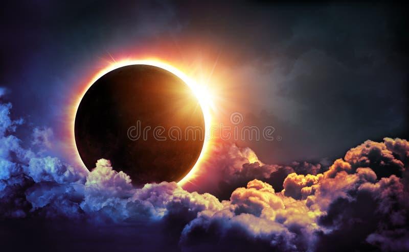 Sol- förmörkelse i moln arkivfoton