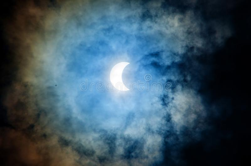 Sol- förmörkelse med dramatisk moln och himmel arkivbild