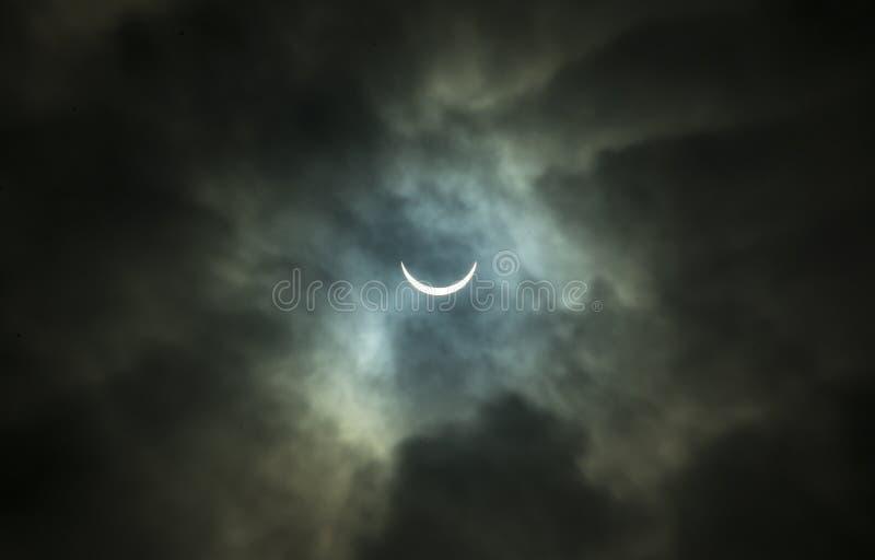 Sol- förmörkelse till och med tjocka moln royaltyfri bild
