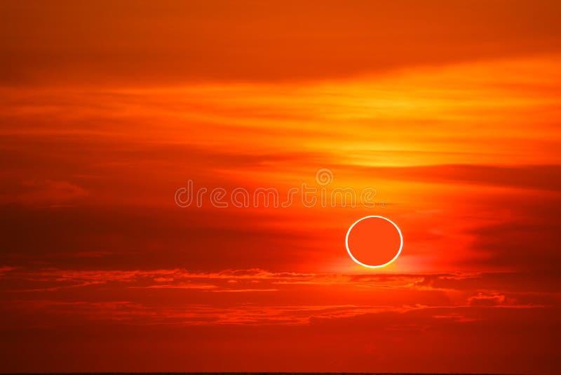 sol- förmörkelser uppstår i himlen medan solnedgångtiderna royaltyfri foto