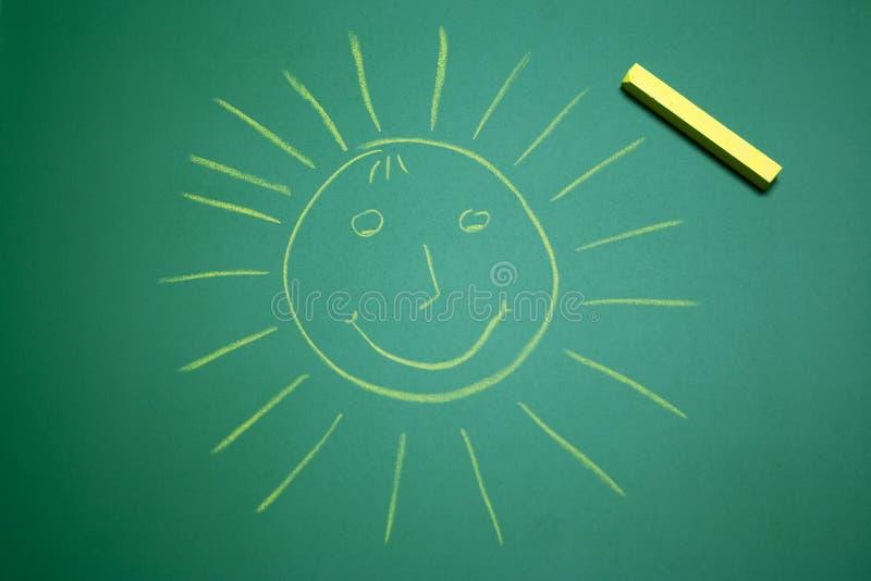 Sol feliz amarillo en el panel de la escuela fotos de archivo