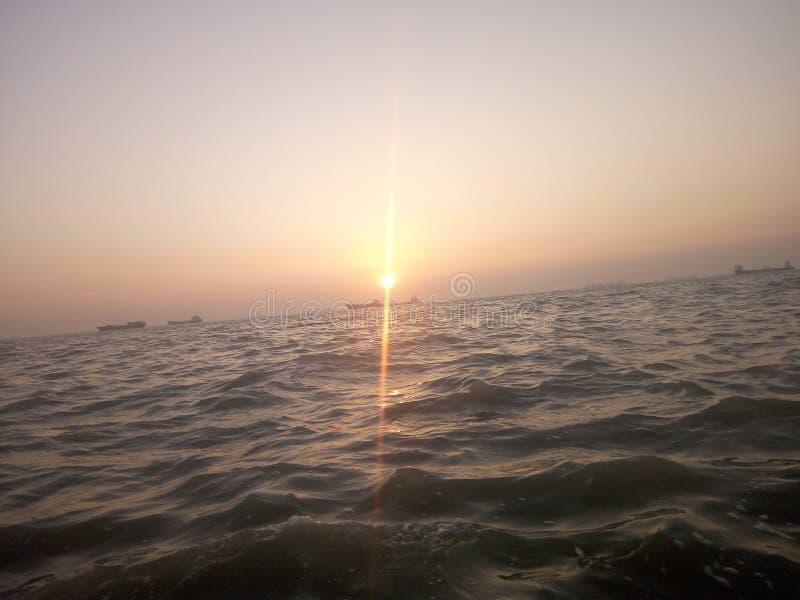sol i mellersta havet royaltyfria bilder