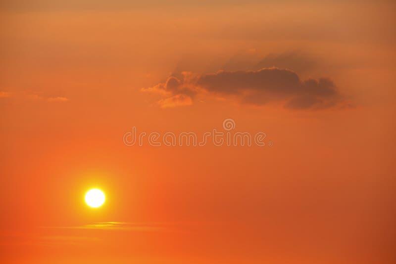 Sol i solnedgånghimmel fotografering för bildbyråer
