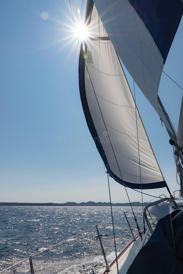 Sol i yachtkanfas arkivfoton