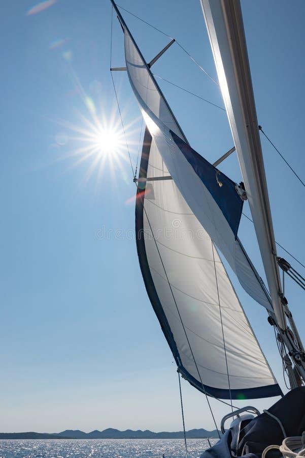 Sol i yachtkanfas arkivbild