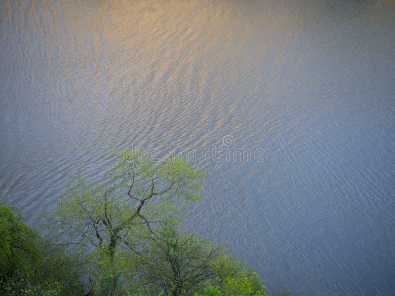 Sol kysst flod fotografering för bildbyråer