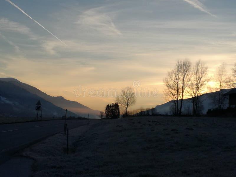 Sol Landschaft för solbergmorgon royaltyfri fotografi