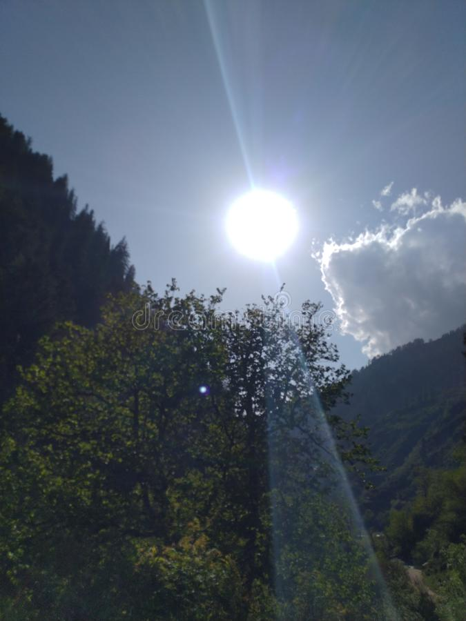 Sol med klara strålar arkivbilder