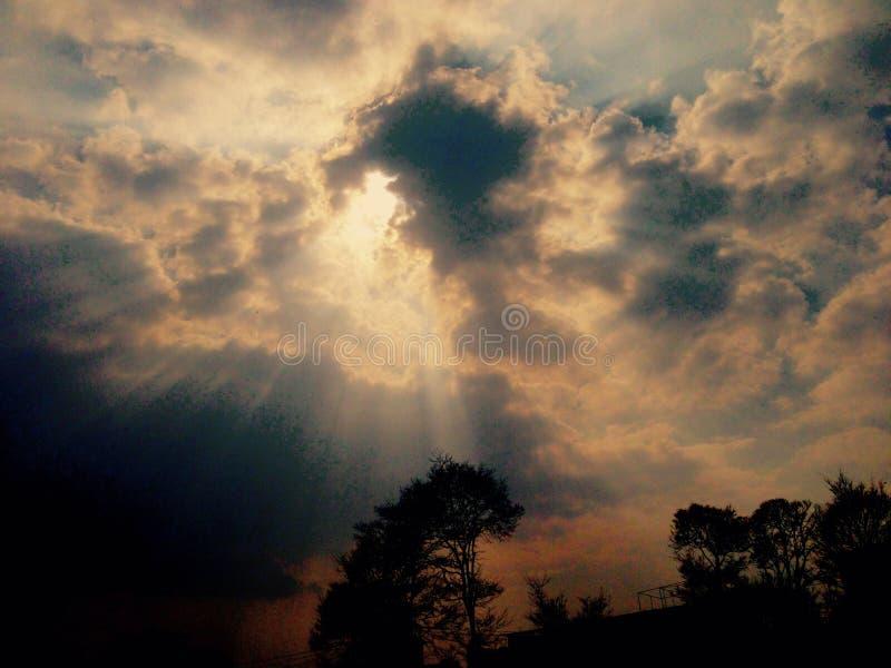 Sol med moln arkivfoto