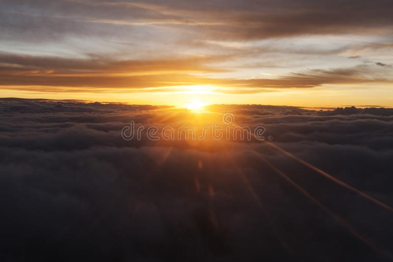 Sol mellan moln royaltyfria foton