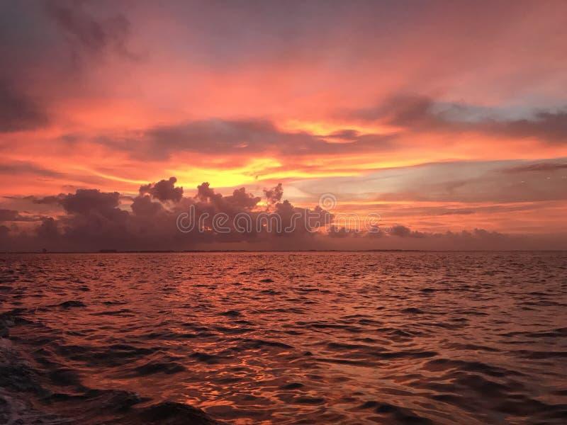 Sol mexicano ajustado no mar imagens de stock royalty free