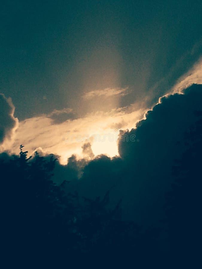 Sol- moln arkivbild