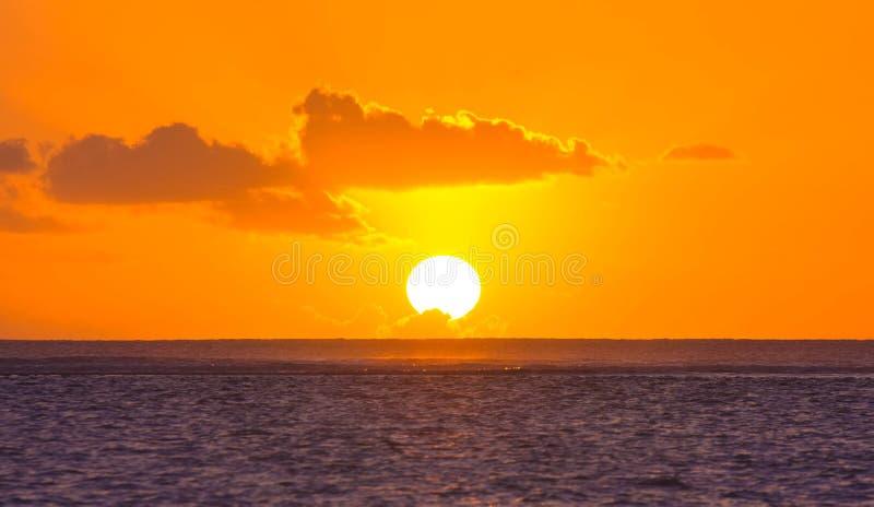 Sol, moln och hav av Mauritius royaltyfri bild