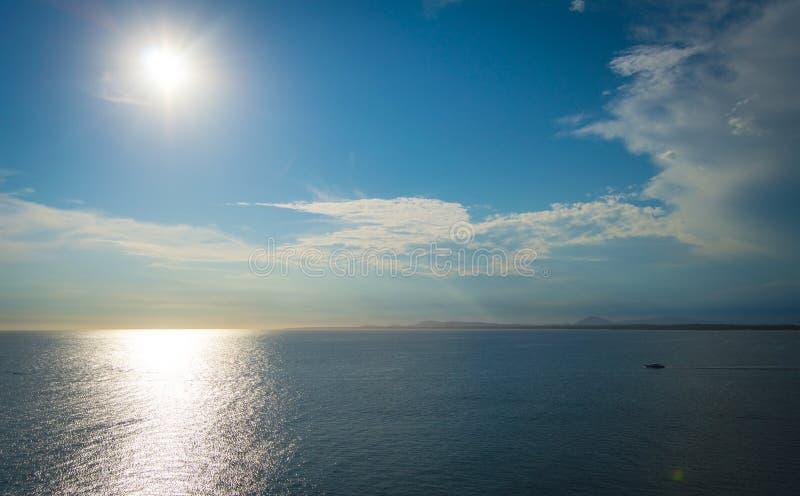 Sol nära horisonten royaltyfri fotografi