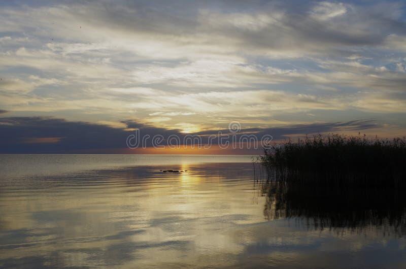 Sol naciente en el lago Peipus imagen de archivo