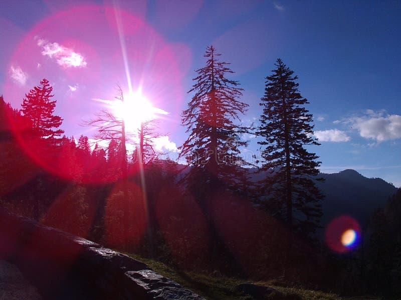 Sol och blåa himlar och Mountians royaltyfri bild