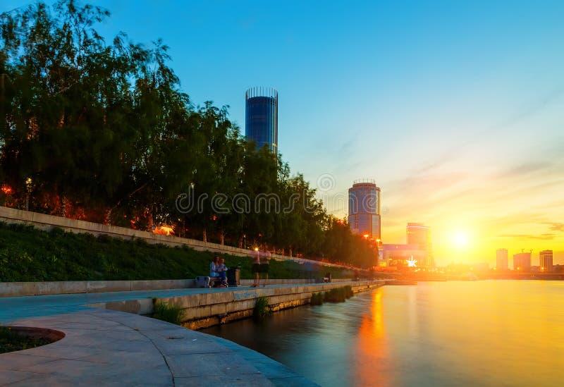 Sol och den härliga solnedgången över centrum- och stadsdammet av Yekaterinburg i sommar fotografering för bildbyråer