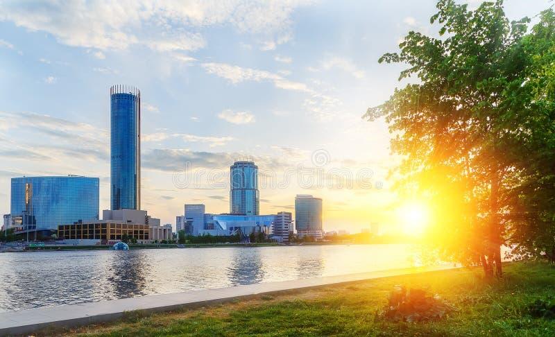 Sol och den härliga solnedgången över centrum- och stadsdammet av Yekaterinburg i sommar royaltyfri foto