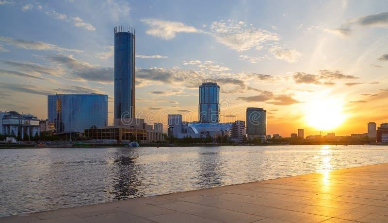 Sol och den härliga solnedgången över centrum- och stadsdammet av Yekaterinburg i sommar arkivbild