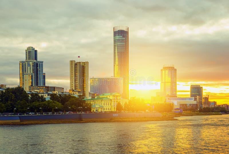 Sol och härlig solnedgång över centrum- och stadsdammet av Yekaterinburg i sommar royaltyfri fotografi