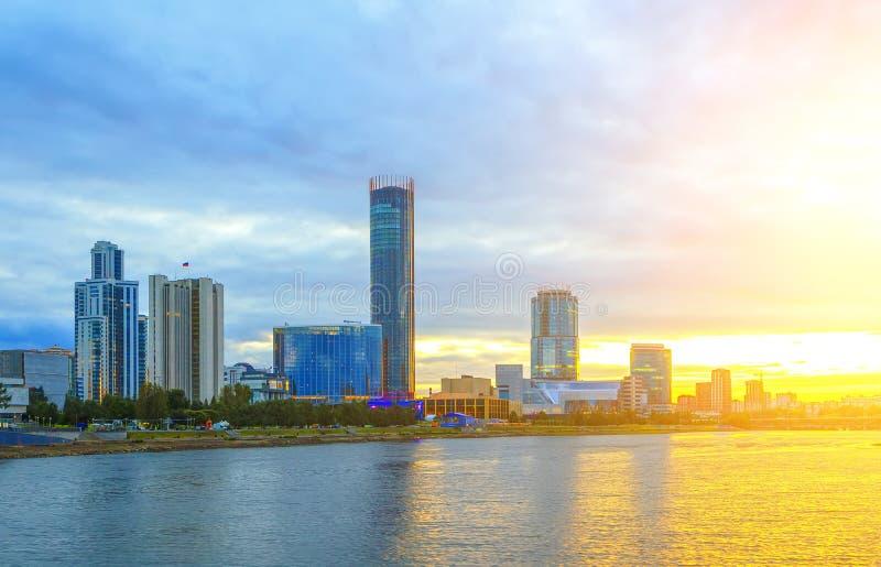 Sol och härlig solnedgång över centrum- och stadsdammet av Yekaterinburg i sommar arkivbilder