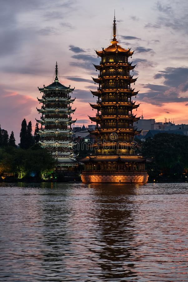 Sol- och månepagoder i Guilin, Kina royaltyfri bild