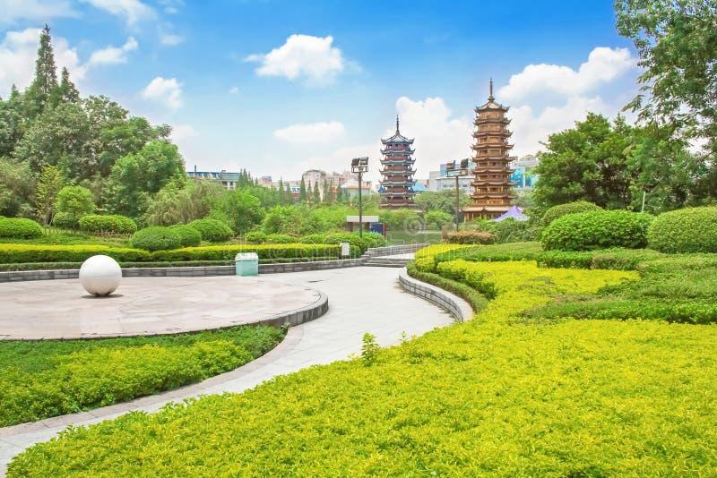 Sol- och månetorn Riyue kulturella Shuangta parkerar, Guilin Kina arkivfoton