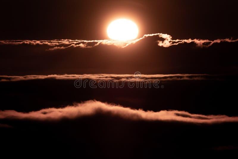 Sol och moln på solnedgången över horisonten, flyg- sikt royaltyfri foto