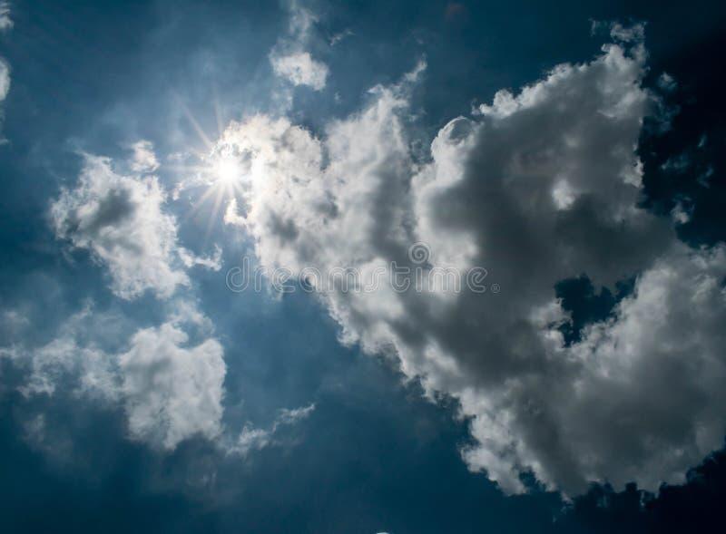 Sol och molnen arkivfoto