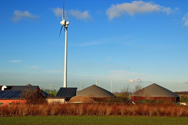 Sol- och vindturbin för Biogas för växt, i en växt fotografering för bildbyråer
