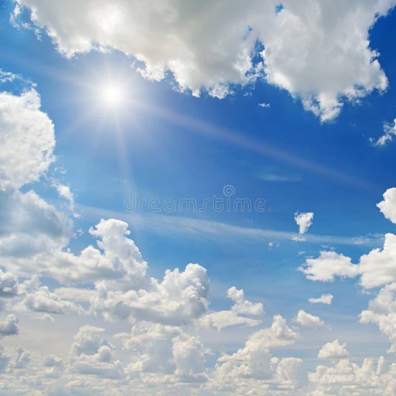 Sol på blå himmel royaltyfri bild