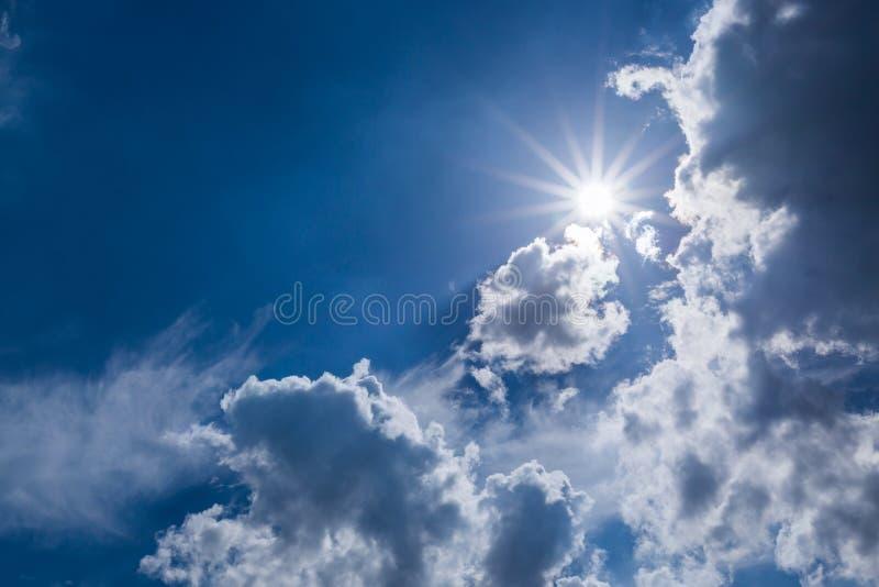Sol på dramatisk lynnig himmel royaltyfria foton