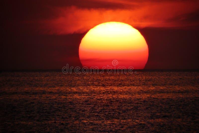 Sol på havshorisont royaltyfri bild