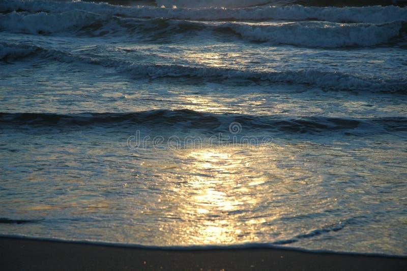 Sol på vågorna fotografering för bildbyråer