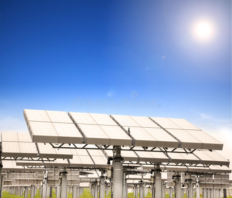 Sol- panel med sunspåringssystemet arkivfoton