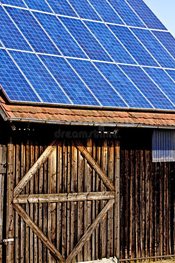 Sol- panel på gammal ladugård royaltyfri bild
