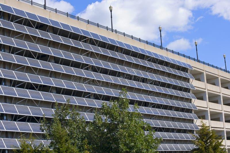 Sol- paneler på parkeringsgarage royaltyfria bilder