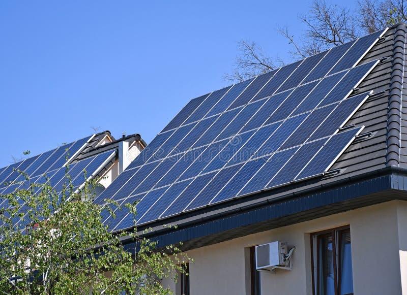 Sol- paneler p? taket av en byggnad royaltyfri bild