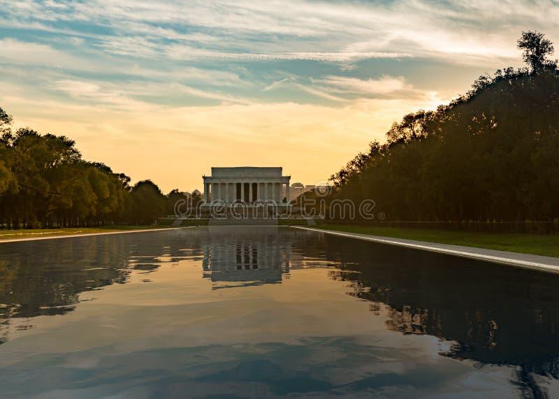 Sol poniente en el reflejo del Lincoln memorial imágenes de archivo libres de regalías