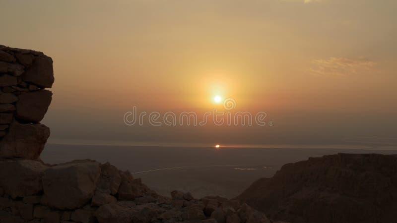 Sol reflekterad på dött havsvatten på morgonsoluppgång arkivbild