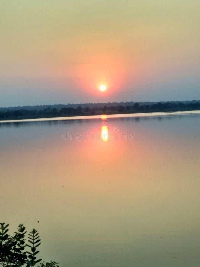 Sol rojo y amarillo de la puesta del sol imagen de archivo