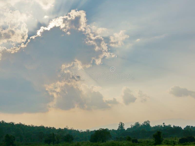 Sol` s rays bristning till och med molnet på jorden royaltyfria bilder