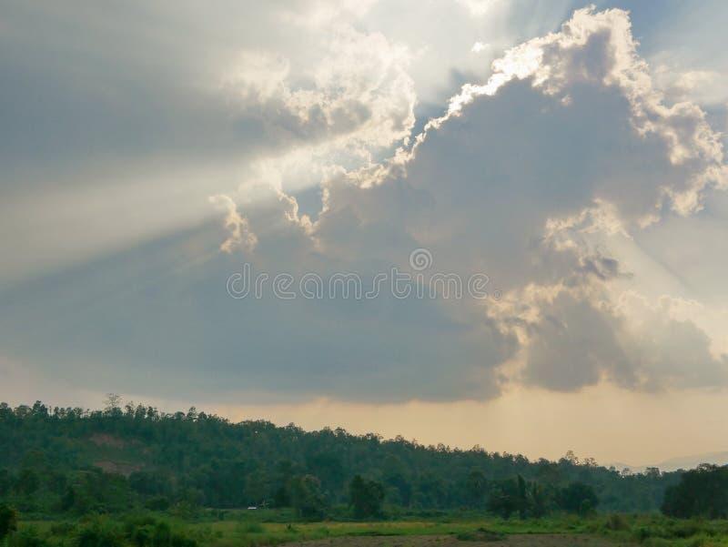 Sol` s rays bristning till och med molnet på jorden fotografering för bildbyråer