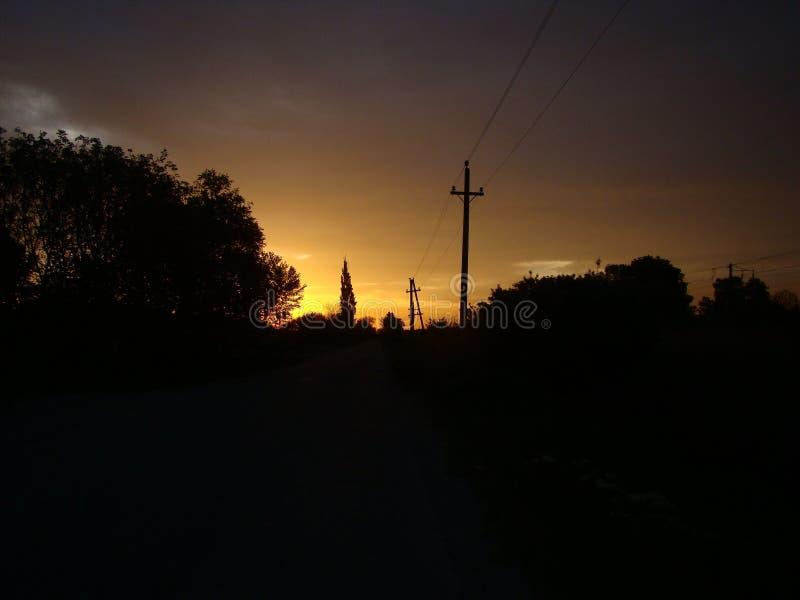 Sol sobre as construções, fogo do amanhecer no céu foto de stock