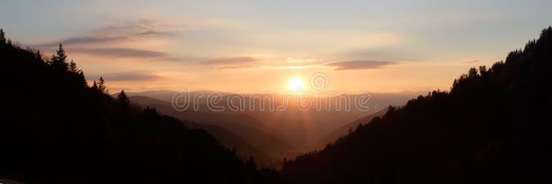 Sol sobre el valle de la montaña - panorama imagenes de archivo