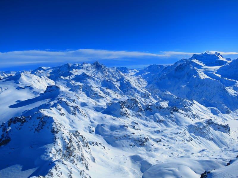 Sol sobre las montañas suizas fotos de archivo libres de regalías