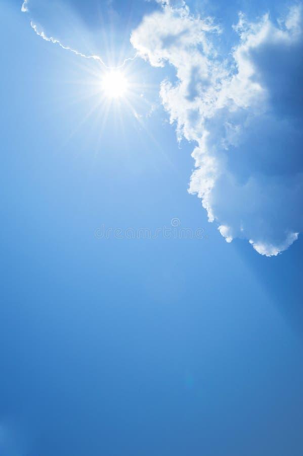Sol, solstråle, moln och blå himmel Bakgrund och texturerar royaltyfria bilder