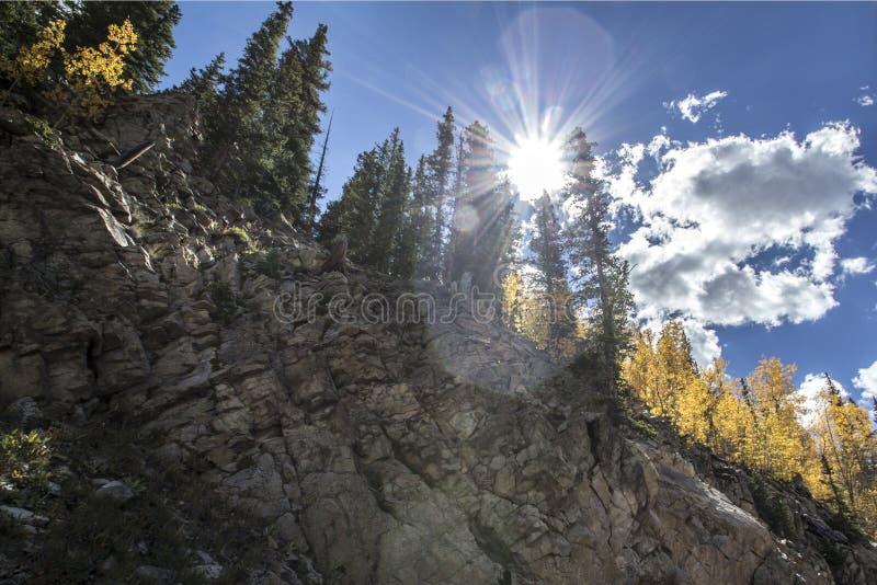 Sol som bryter över klippan royaltyfri bild
