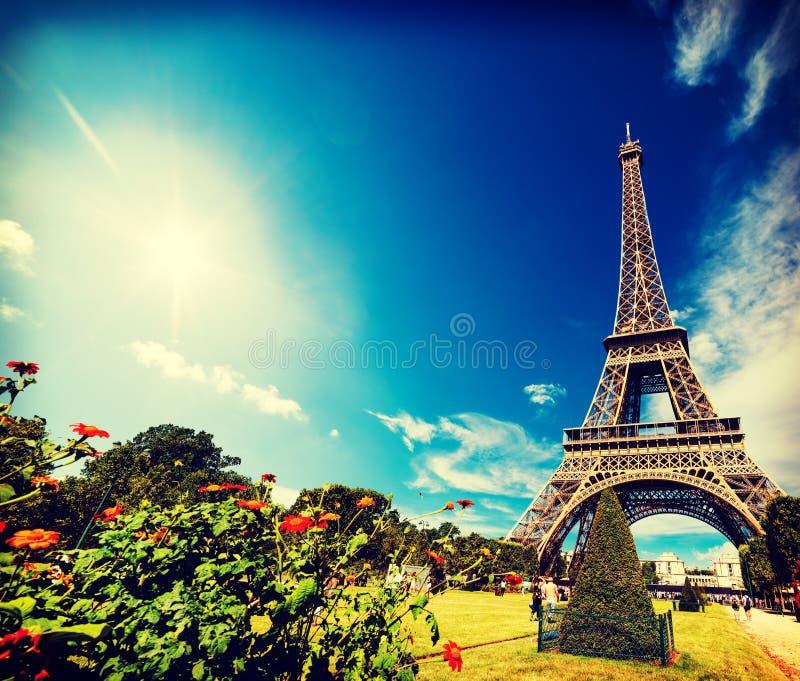 Sol som skiner över berömd Eiffeltorn för värld i Paris royaltyfri fotografi