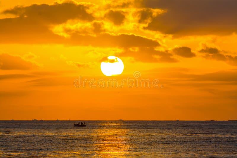 Sol som skiner över havet på solnedgången arkivfoto